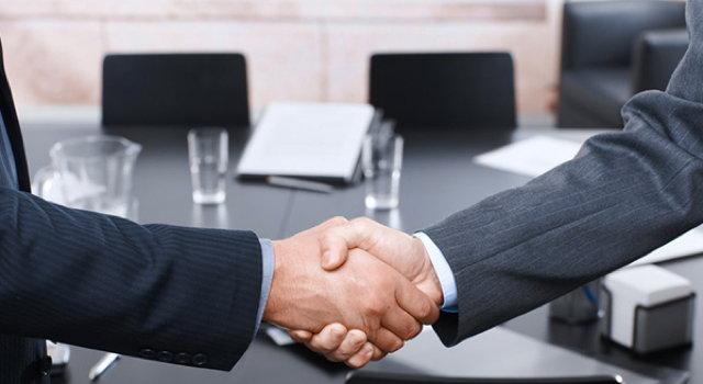 Handschlag zweier Männer für das Angebot der Datenschutzkonzept GmbH.